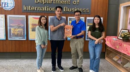 電商平台邀呂詩筠(右1)與格創公司蕭旻谷顧問線上直播分享成功經驗,並與系上同學實務交流。