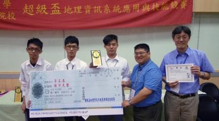 圖為龍華科大工管系梅明德老師(右),指導蘇容陞、解承錄及林靖瑋,獲得2017大專超級盃地理資訊競賽第三名佳績。