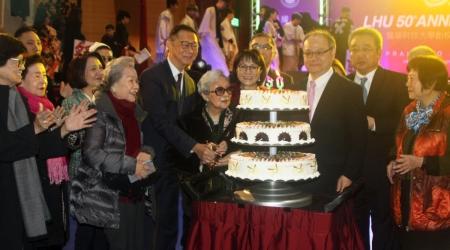 龍華科大建校50週年校慶,創辦人孫陳淑娟女士及嘉賓共同切生日蛋糕祝賀。