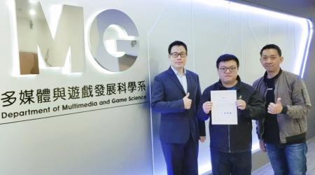 龍華科大遊戲系碩士研究生林宏霖(右2),榮獲2020數位媒體設計研討會優良論文肯定。