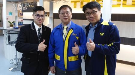 龍華科大國企系林為中老師(右),指導學生參加 TRISCO數位行銷百萬創業競賽,獲得佳作肯定並和企業CEO(中)合影。