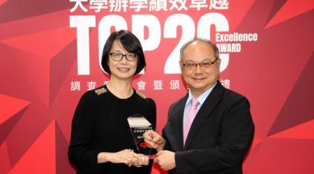 龍華科大榮獲《Cheers》2021大學辦學績效卓越Top 20,校長葛自祥(右)出席領獎。