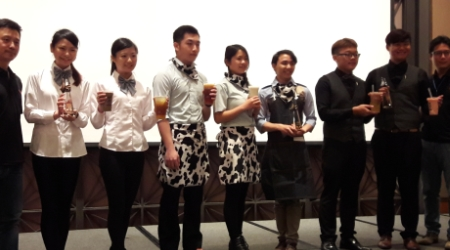 圖為龍華科技大學觀光系學生楊于萱同學(左二)、許智婷同學(左三)上台受獎。