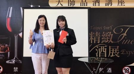 龍華科大鍾涓涓老師(左)指導李家慈,榮獲2019上聯菁英杯年輕侍酒師邀請賽亞軍。