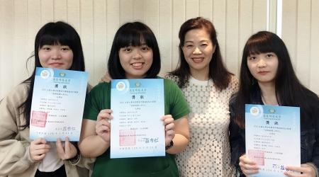 龍華科大師生陳玥蓁、李家慈、鍾涓涓、郭佳欣(由左至右),獲得「感動桃園心旅行」遊程設計競賽大專組佳作肯定。