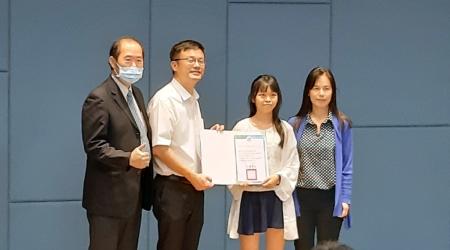 2020新北市專業英文詞彙聽力大賽,龍華科大是大贏家,助理副校長楊安渡(左1)、應外系許祖嘉老師(右1)代表出席領獎。