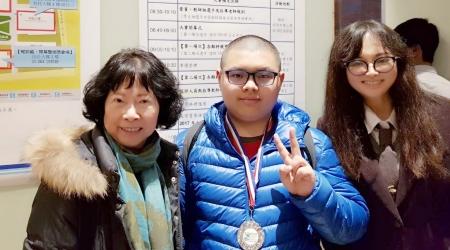 龍華科大五專部化工科學生吳柏頡,參加2017 PVQC專業英日文詞彙與聽力能力大賽全國賽,榮獲機械類個人組亞軍,獲獎後和家人開心合影。
