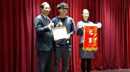 龍華科大遊戲系林煥培(中),勇奪2018 PVQC專業英文詞彙數位多媒體類冠軍,表現出色。