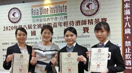 2020年AWI亞洲葡萄酒學會第八屆全國校際盃年輕侍酒師決賽,龍華科大觀光系3學生獲優勝;開心與指導老師謝美婷(左2)合影。