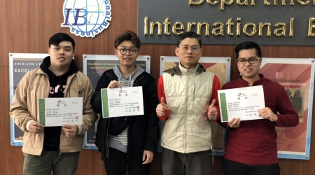 龍華科大國企系主任魏聖忠(右2),指導學生參加第八屆TBSA全國大專創新企劃競賽,獲得佳作肯定。