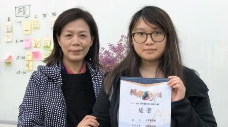 龍華科大文創系學生王雅慈獲《視界·畫中話》攝影競賽人文藝術組優選獎,系主任葉茉俐(左)給予肯定。