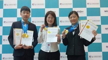 龍華科大觀休系謝美婷老師(中)指導許智婷及林陳進,參加2019 KICC韓國國際餐飲大賽獲3金2銀佳績。