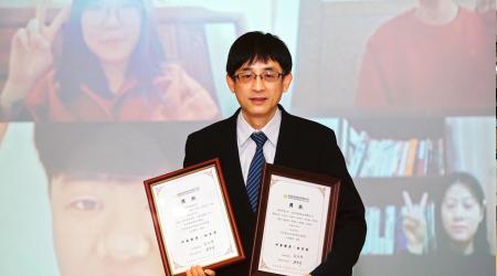 龍華科大人設學院院長王榮英,以網路視訊祝賀文創泉州班同學獲奬,並表達關心與勉勵。
