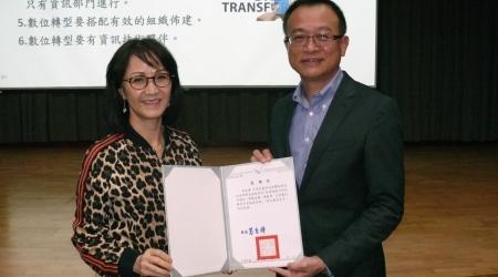 龍華科大行政副校長林如貞(左)致贈感謝狀,感謝軟體協會沈柏延理事長蒞校演講,精進師生專業知能。