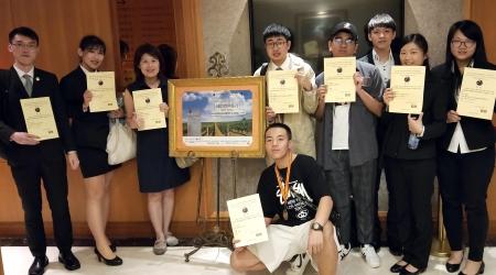 龍華科大觀休系謝美婷老師(左3)指導陸生及龍華學子,參加首彩盃國際盲飲品評賽獲佳績。
