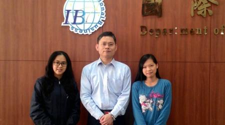 圖為龍華科大國企系魏聖忠、鄭如婠(左)、葉聖音(右)三位師生,獲最佳論文獎後合影。