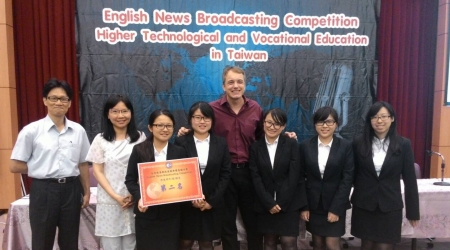 圖為龍華科大國企系學生榮獲105年全國技專校院英語新聞廣播比賽非應英組第二名。